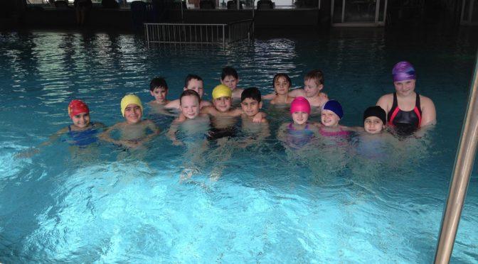 Drittklässler schwimmen zu Bronze