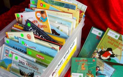 Erst- und Zweitklässler freuen sich über Lesekisten der Bücherhalle Hamburg